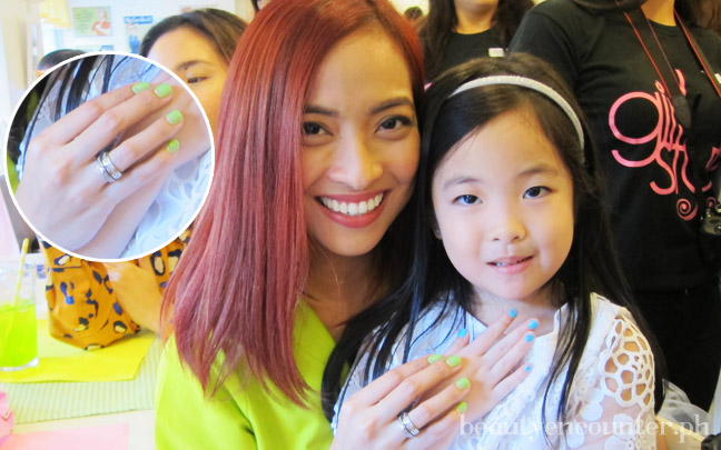 Jackie Go of Go Jackie Go wearing her blog's namesake shade with her daughter wearing Struttingonsunshine
