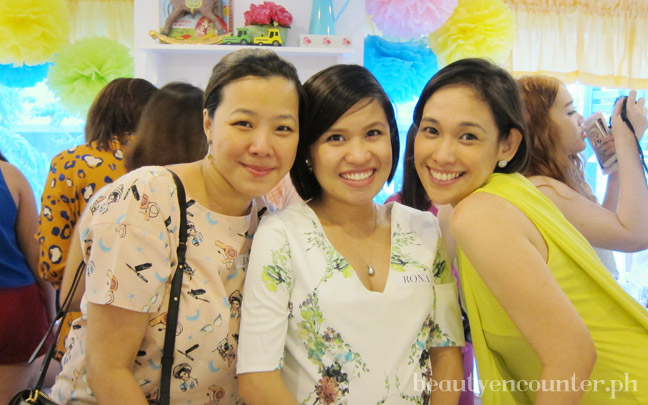 Of mommies, editors, and nail lacquer lovers: Frances Amper-Sales of Topaz Horizon and Topaz Mommy would not let me take a photo with her, instead she asked me and my former officemate Jane Kingsu-Cheng of Manila Bulletin and Flats and Stilettos to join the photo with her!
