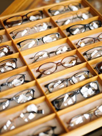 NOS IMPORTA COMO TE VEZ - Tus lentes son parte de ti. Tú ves a través de tus lentes; los demás te ven a través ellos.Queremos que veas bien y te veas bien.