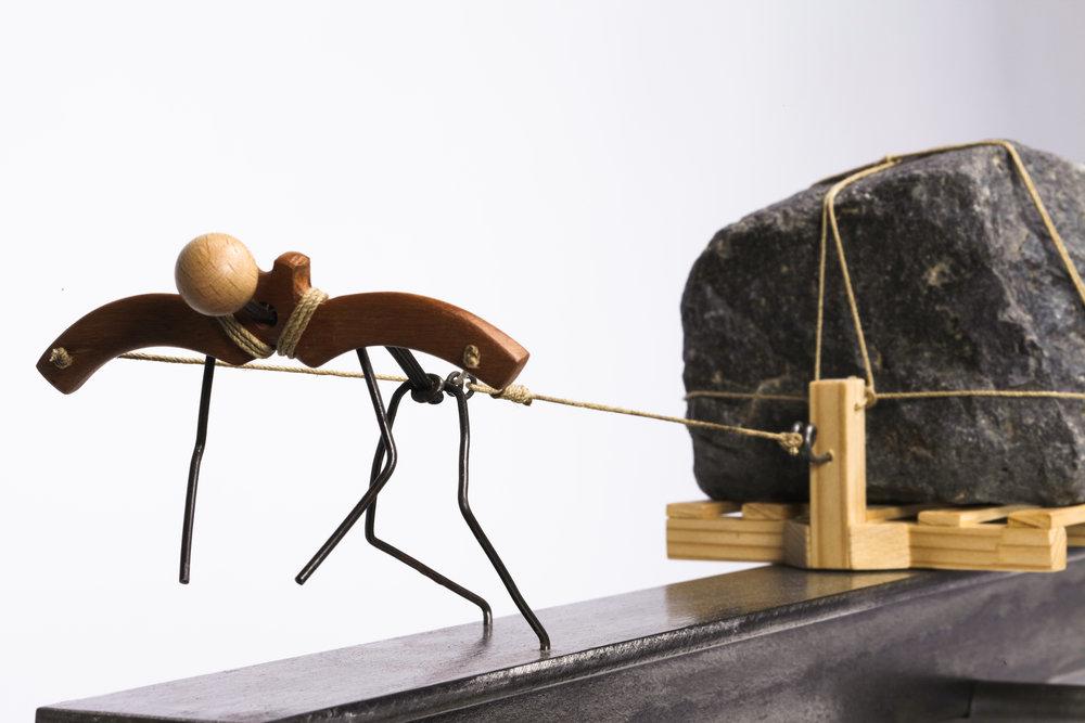 Escultura con personajes Otoko titulada –Salida crisis-, creada por Antoni Yranzo en el año 2012 en su estudio-taller de Barcelona