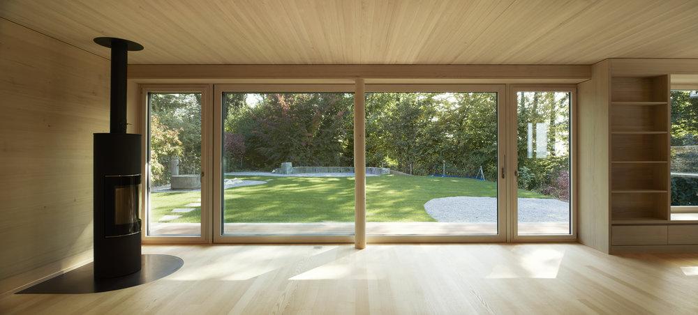 Huenenberg_15 Wohnzimmer Sicht in Garten.jpg