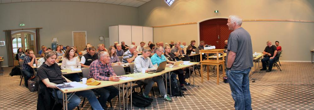 Et 60-talls interesserte fra hele villrein-Norge deltok på fagsamlingen i Øyer. Foran: Olav Strand fra NINA. Foto: A. Nyaas