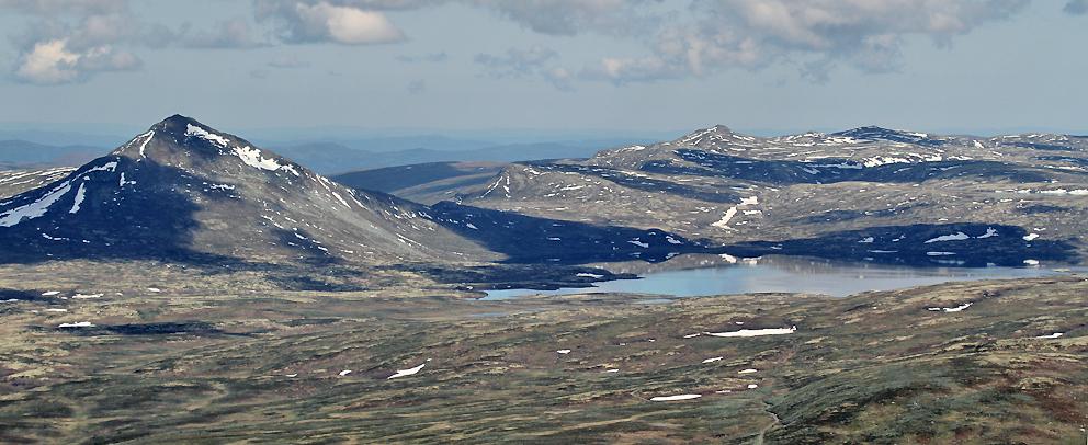"""Forollhogna og Forollsjøen passeres på tur vestover hvor vi skulle """"plukke opp"""" Roy Andersen på Oppdal flyplass på Fagerhaug."""