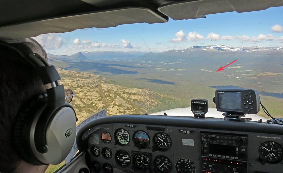 Ned for landing på Oppdal (flyplassen på Fagerhaug markert med rød pil). Sikker pilot på turen var Marius Solhus.
