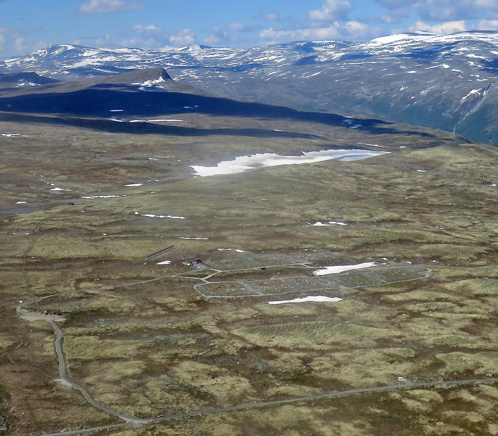 Avlsstasjonen for fjellrev på Sæterfjellet sørvest for Oppdal passeres med utsikt nordvestover.