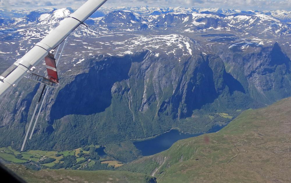 """Vi flyr på """"kanten"""" mot Eikesdalen og Eikesdalsvatnet. Det er """"langt"""" ned! Utsikt mot sørvest.."""