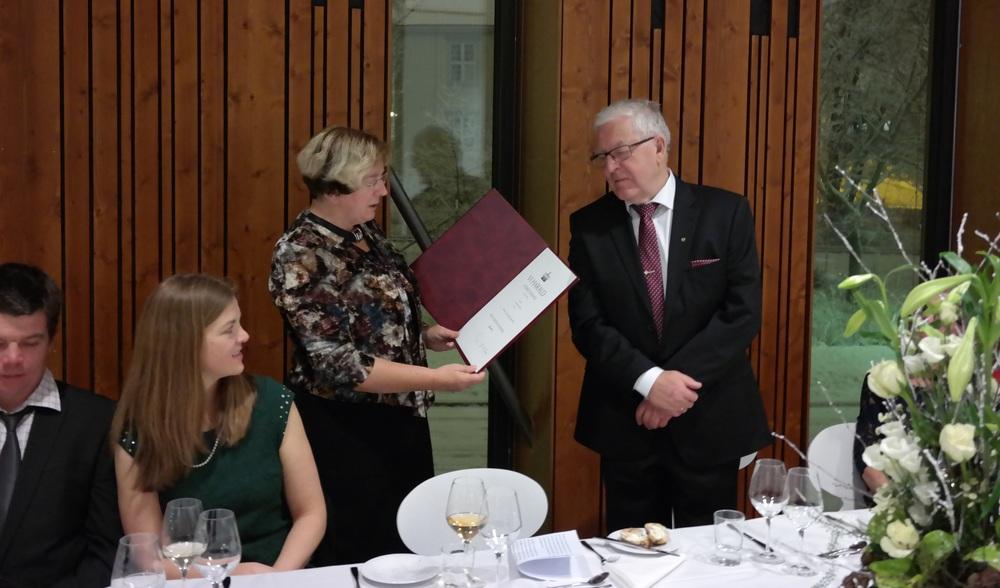 Karl J. Baadsvik mottar Kongens fortjenstmedalje av av assisterende fylkesmann Britt Skjelbred. Foto: Norunn Myklebust/NINA