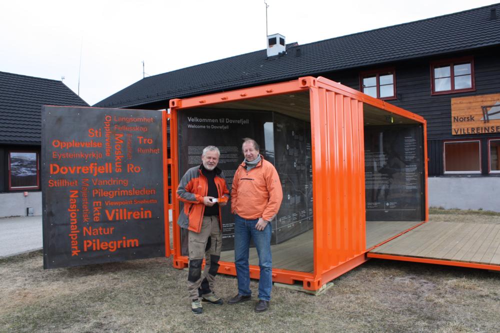 Jo Skorem, Norsk Villreinsenter Nord og Hans-Jacob Dahl, Pilegrimssenter Dovrefjell gleder seg til å se info-boksen i bruk.
