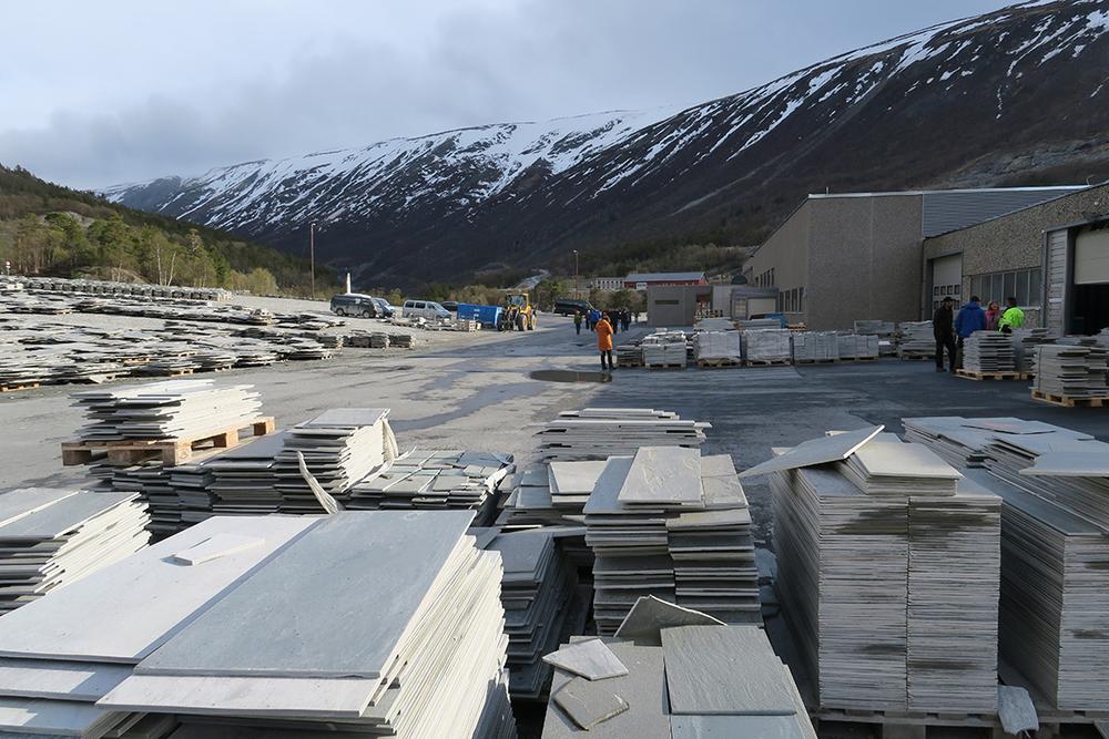 """Fra befaringen på hovedanlegget til Minera Skifer. Bedriften opplyser følgende på sin nettside: """"Minera Skifer representerer skiferprodukter med høy kvalitet fra skandinaviske bergarter, som er mange hundre millioner år gamle. Minera Skifer er Skandinavias ledende skiferprodusent og har skiferbrudd i Oppdal og Otta i Norge og i Offerdal i Sverige.Hovedkontoret er lokalisert på Oppdal.Minera Skifer- konsernet har ca 145 ansatte og produserer knapt 300 000 m2årlig. Årlig salg er ca. NOK 160 mill.Skifer fra Minera Skifer er eksportert til alle verdensdeler, og har gjennom årtier opparbeidet et godt rykte som kvalitetsprodukter. Alle produktene er CE-merket"""". Foto: A. Nyaas Dyktige guider på bussturen rundt om i Oppdal, var Lars Rise og Narve Hårstad, for øvrig leder og nestleder i Oppdal Bygdelamenning"""