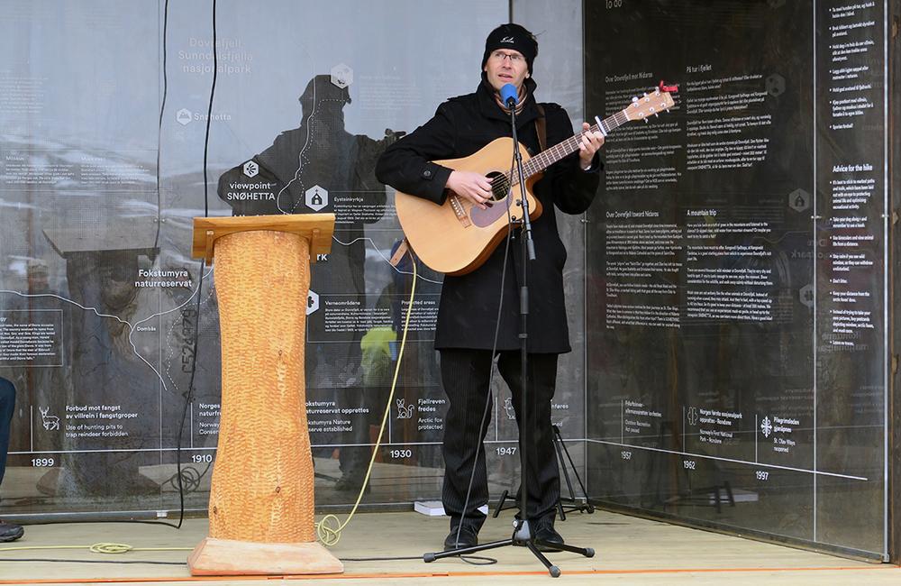 Bjørn Sigurd Glorvigen fra Dovre imponerte som invitertmusiker og sanger. Foto: A. Nyaas