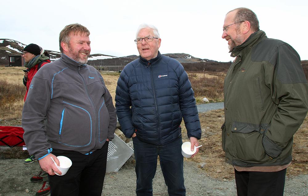 Tre som koste seg på Hjerkinn. Fra venstre Bengt Fasteraune, ordfører i Dovre kommune, Karl Baadsvik, styreleder i Norsk Villreinsenter og Ola Røtvei, ordfører i Oppdal kommune. Foto: A. Nyaas