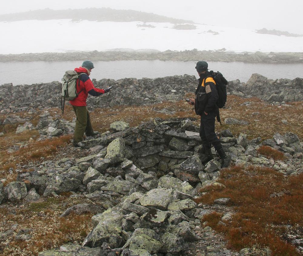 Fangstgrav med ledegjerder vitner om tidligere tiders fangst av rein. Foto: Anders Mossing