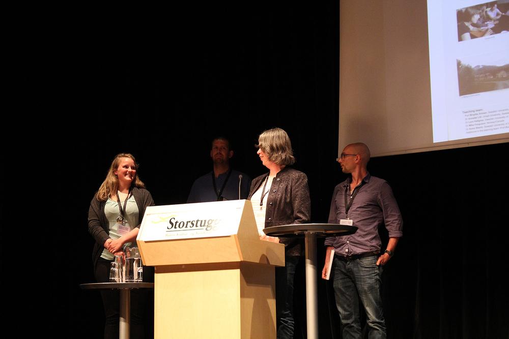"""Professor Birgitta Åhman er leder av styret for """"The International Arctic Ungulate Society"""" og presenterer her tre NOVA PhD-studenter."""
