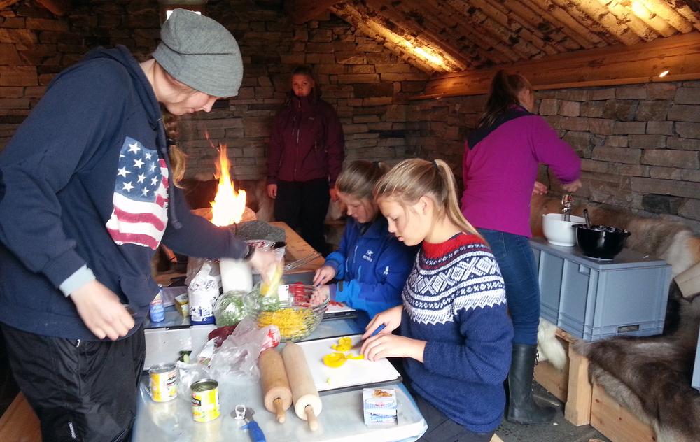 """Undervisningsdagen ved Skinnarbu ble avsluttet i """"Steinbua"""" med matlaging. Foto: NVS/Guro Lien."""