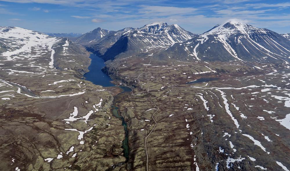 Rondane 2. juli 2015 med Rondvatnet (Rondvassbu i sørenden) og toppene Rondvasshø (1578 m.o.h.), Storronden (2138 m.o.h.) og Rondeslottet (2177 m.o.h.). Foto: A. Nyaas