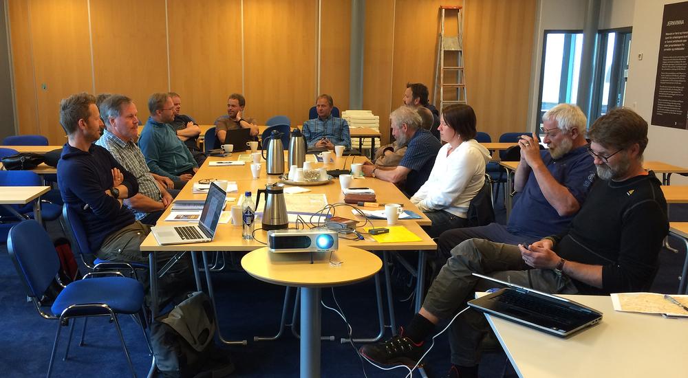 En engasjert og bredt sammensatt forsamling diskuterer muligheten for oppstart av et prosjekt for å registrere ferdsel på Hardangervidda. Foto: Marianne Singsaas