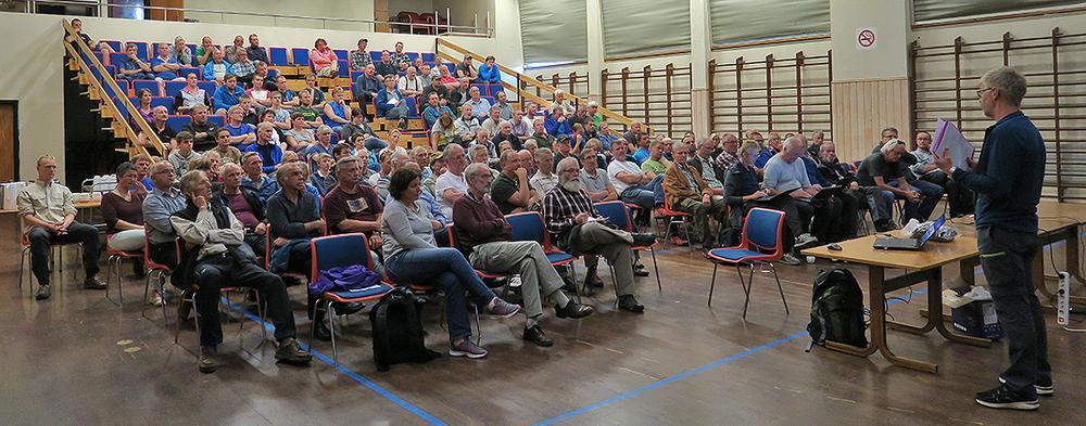 Fullsatt sal og stor interesse for informasjonsmøtet i Aurland mandag kveld om CWD. Nemndsleder Lars Nesse ønsker villreinjegerne bosatt i Lærdal, Aurland og Årdal velkommen. Foto: A. Nyaas