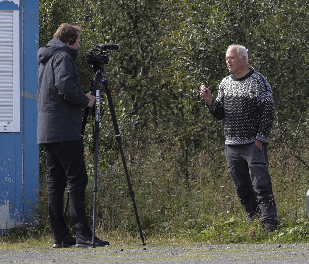 Medietrykket omkring denne saka har vore enormt stort, her blir villreinforskar i NINA Olav Strand intervjua av NRK på Skinnarbu.Foto: Kjell Bitustøyl
