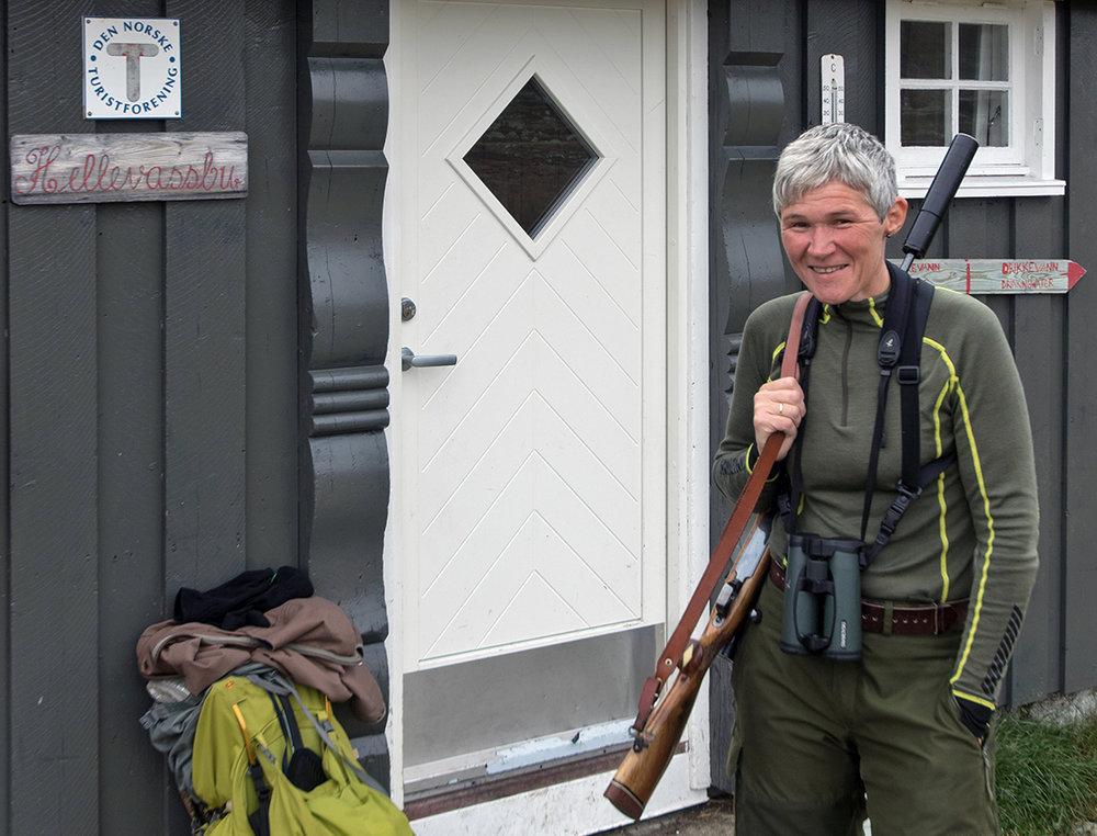 Ellen Drangevåg er både hyttetilsyn og reinsjeger. Foto: Kjell Bitustøyl