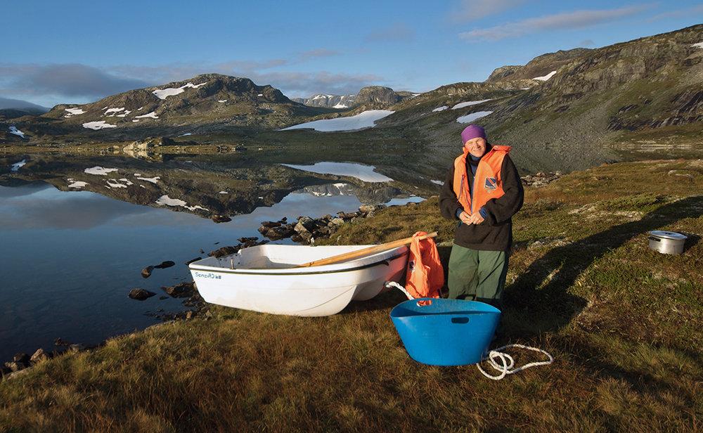 Ellen Drangevåg får òg tid til å fiske litt mellom ulike gjeremål. Ostanuten og Sandfloeggi i bakgrunnen. Foto: Kjell Bitustøyl
