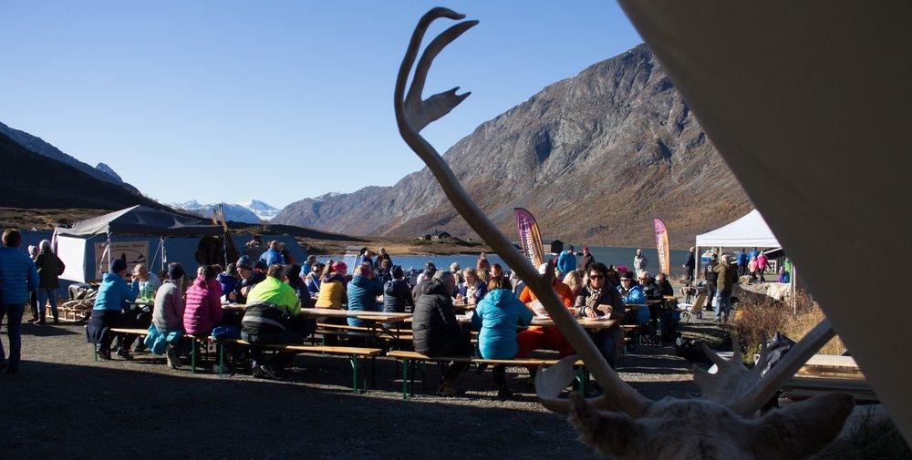 Laurdagen under Jotunheimen Reinsdyrfestival gjekk det meste føre seg ved Gjendisheim, der ein blant anna hadde sett opp eit stort telt, og folk kosa seg i finveret. Foto: Kjell Bitustøyl