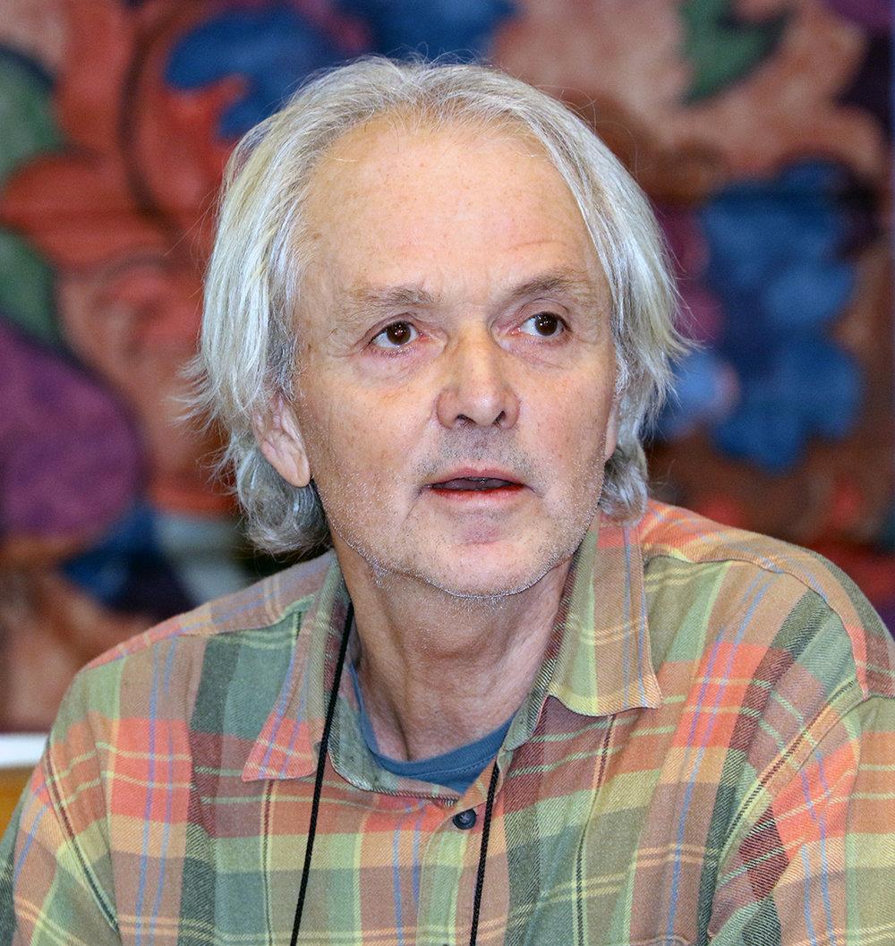 Kjell Handeland er vilthelseansvarlig i Veterinærinstituttet, og har fokus rettet mot sykdomsforebygging og dyrevelferd. Han tok turen til Skinnarbu for å snakke om skrantesjuke og fotråte hos villrein. Foto: Arne Nyaas