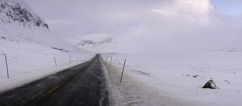 Vegen over Hemsedalsfjellet er eit sentralt skilje mellom Nordfjella villreinområde og Filefjell Reinlag sitt område. Foto: Kjell Bitustøyl