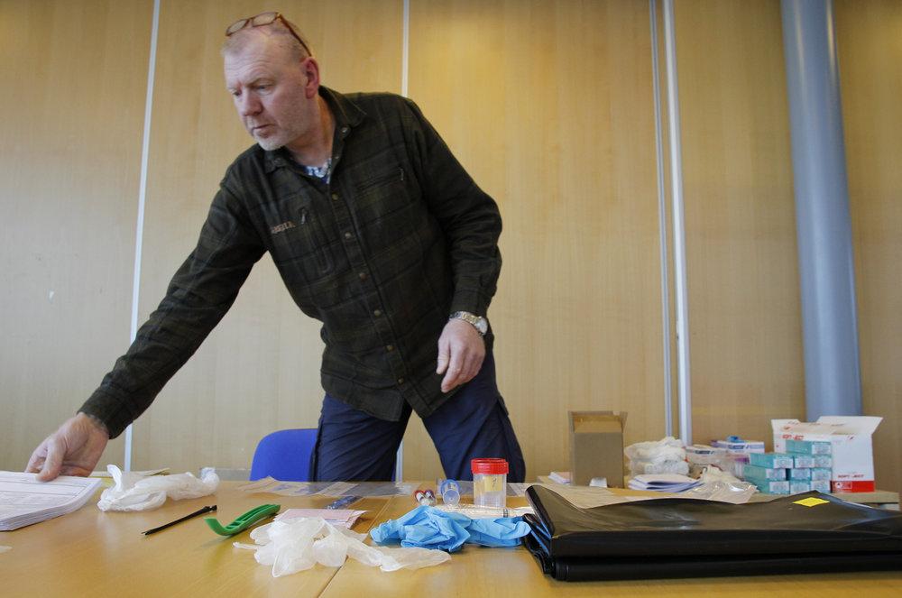 Knut Nylend i SNO klargjør prøvesett i henhold til instruksen. Foto: Anders Mossing
