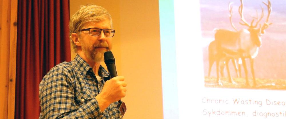 Lars Nesse på eit informasjonsmøte i Ål. Han rosar jegerane for innsatsen. Foto: Anders Mossing