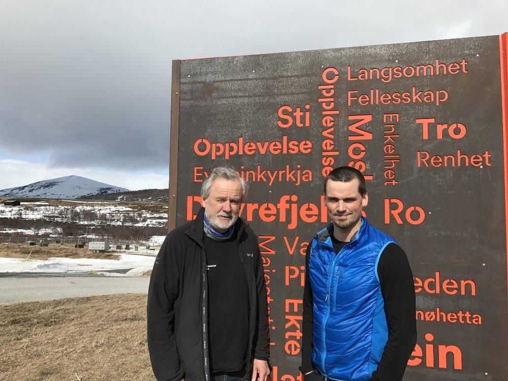 Jo Skorem og Raymond Sørensen foran Info-boksen på Hjerkinn. Foto: Villreinsenteret