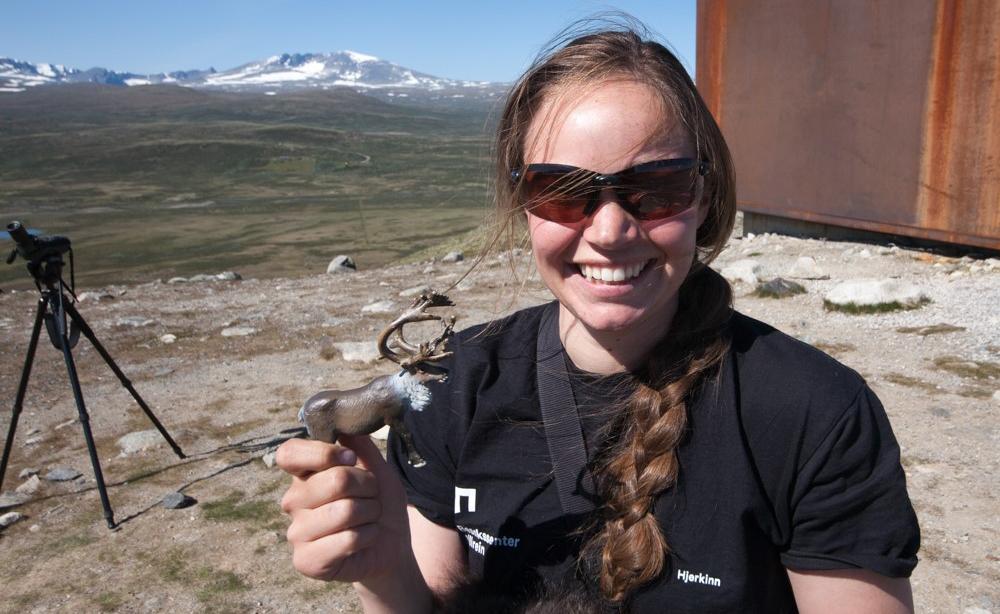 Connie Malen Moen driv naturrettleiing ved viewpoint SNØHETTA i sommar. Foto: Kjell Bitustøyl