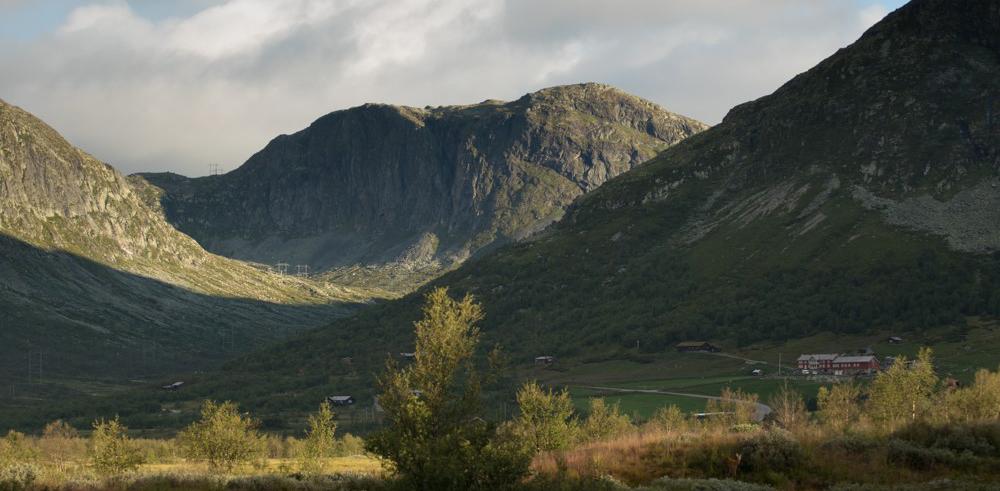 Fjellgarden Bjøberg med Stongeskaret bak, her skal det opp eit sperregjerde. Foto: Kjell Bitustøyl