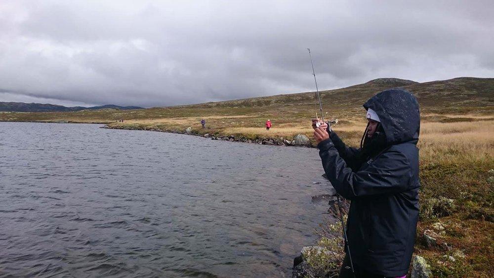 Laureen Wakera Mbogoh prøver fiskelykka for første gong. Foto: Ane Guro Moen