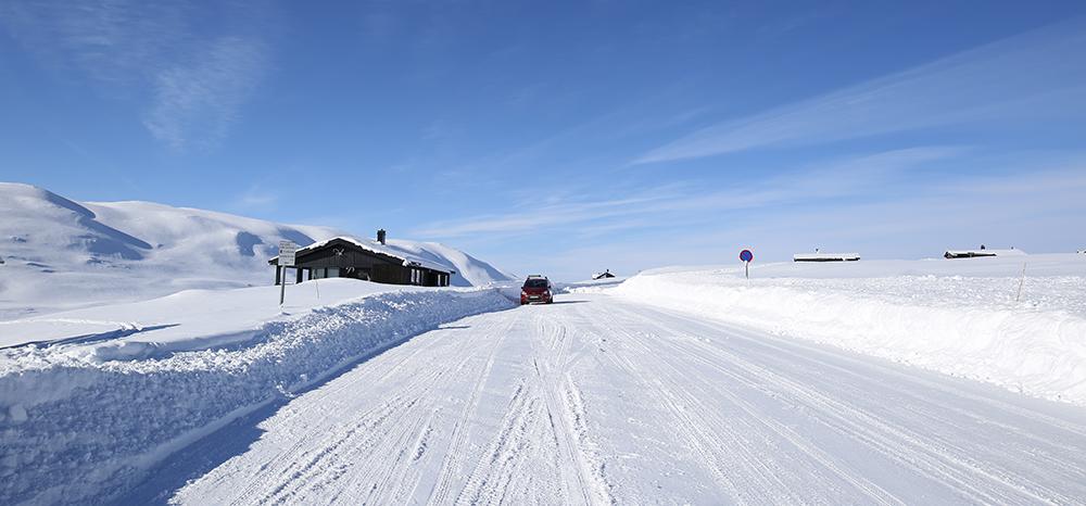 Hit, men ikke lenger? Fra Tessungdalssiden har veien sålangt blitt brøytet til Småroi, men ikke videre. Foto: Anders Mossing