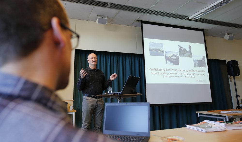 Roar W. Vangsnes fra Distriktsenteret i Sogndal hadde et inspirerende foredrag om verdiskaping basert på natur- og kulturressurser. Foto: Anders Mossing