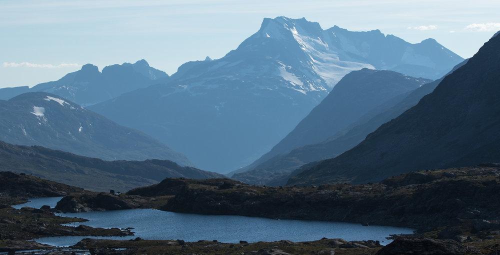 Frå Gravdalen i nærleiken av Leirvassbu, retning vest mot Storutledalen og Vest-Jotunheimen med Hurrungane. Foto: Kjell Bitustøyl