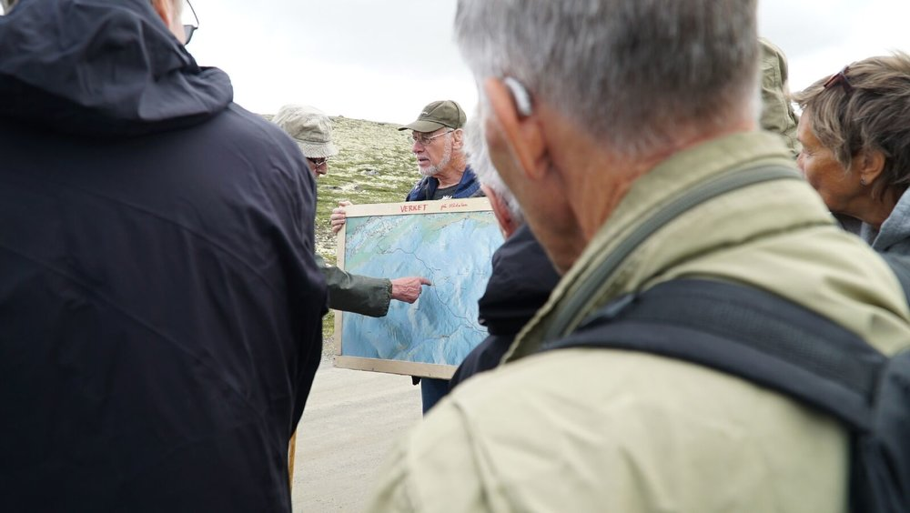 Tor Einbu tv. og Rolf Sørumgard forklarer oppbygningen og funksjonen til massefangstanlegget på Verket.