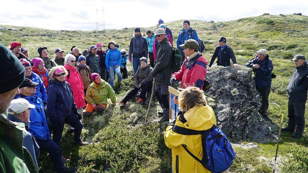 Prosjektleder Brit Solli (i gult) og arkeolog Runar Hole (med tavla) på åpen dag under utgravingene.