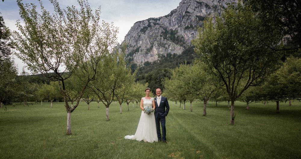 Paar Attersee Steinbach Hochzeit Garten Wiese Berge