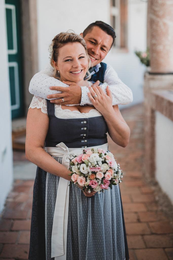 Hochzeit Gmunden Schloss Orth Brautpaar Tracht Dirndl