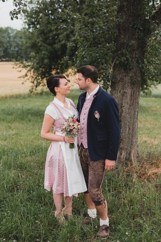Brautpaar Garten Baum Tracht