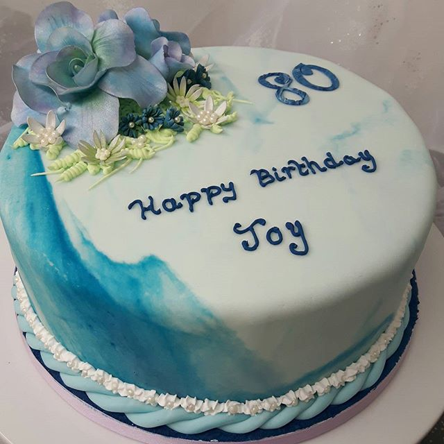 80th Birthday Cake #80thbirthday #happybirthday #bluebirthdaycakes #marbleeffect #blueflowers #peartreecakeco #peartreecakes #celebrationcakes #birthdaycakes #solihullcakemakers