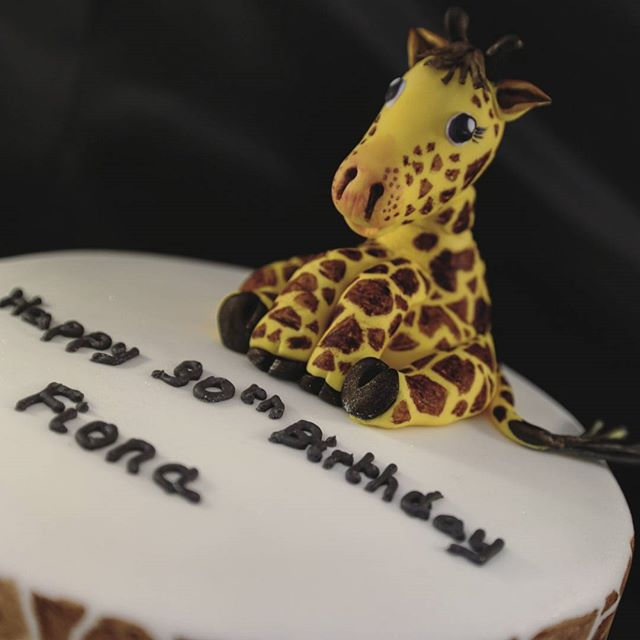 Happy Giraffe 🍃😊 #giraffe #giraffeprint #cakedecorating #peartreecakessolihull #peartreecakeco #giraffecake #wildlife #safari #birthday #cartoon #birthdaycake #cakes #cakedesign
