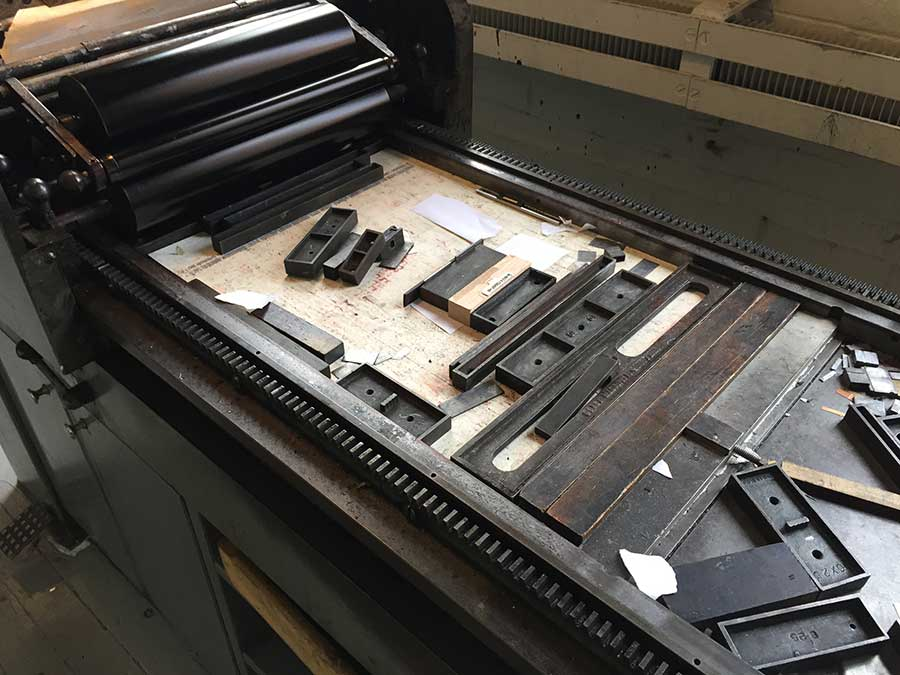 This is the Vandercook Universal 1 proof press, which uses wood-mounted 16g magnesium dies.