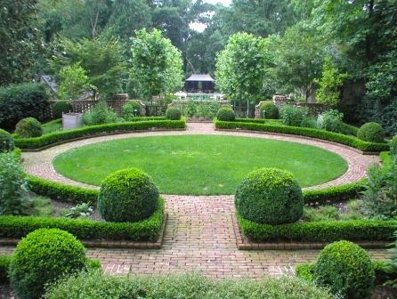 Hedge_boxwood_circular_brick-walk-lawn.jpg
