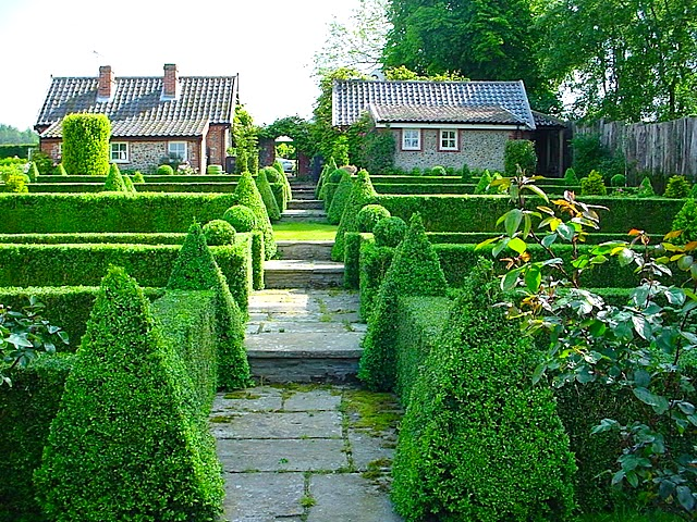 Topiary_Pyramids -Parterre_Globes.jpg