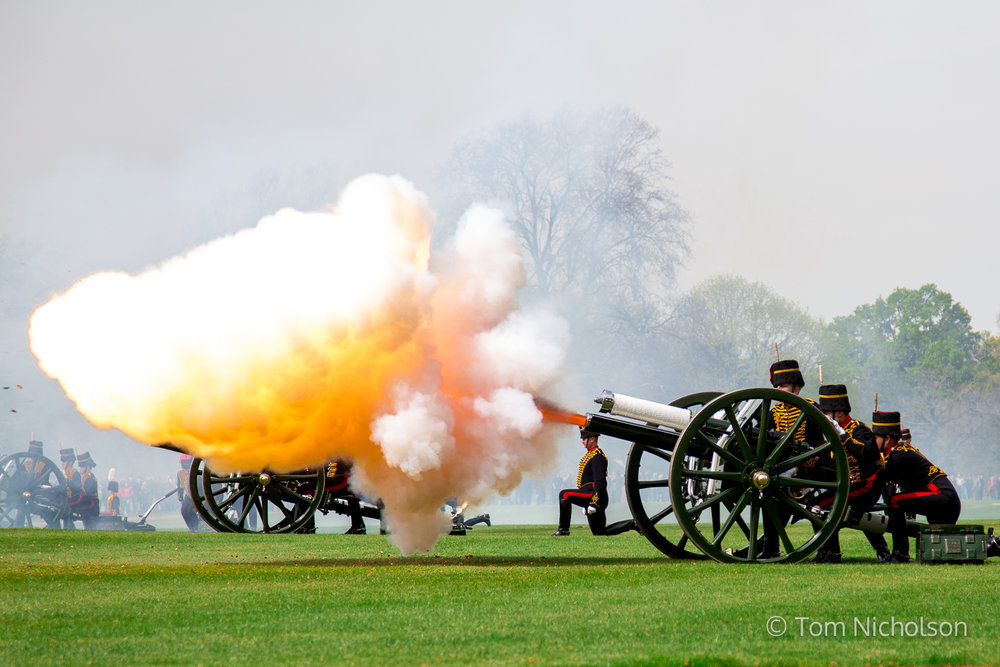 21/04/2016. London, UK. A 41-gun salute by the King's Troop Royal Horse Artillery in Hyde Park, to celebrate HM the Queen Elizabeth II's 90th Birthday.