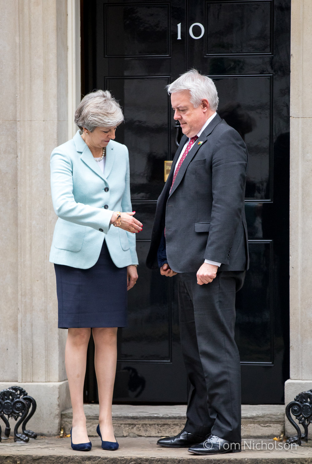 ©2017 Tom Nicholson. 30/10/2017. London, UK. British Prime Minister Theresa May meets First Minister of Wales Carwyn Jones on the doorstep of 10 Downing Street