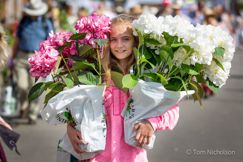 ©2017 Tom Nicholson. 27/05/2017. London, UK. A young girl carries flowers from the 2017 Chelsea Flower Show, which ended today (Saturday). A wide variety of unusual and striking display iteams can be purchased on the closing day of The Royal Horticultural Society flagship flower show, helld at the Royal Hospital in Chelsea since 1913.