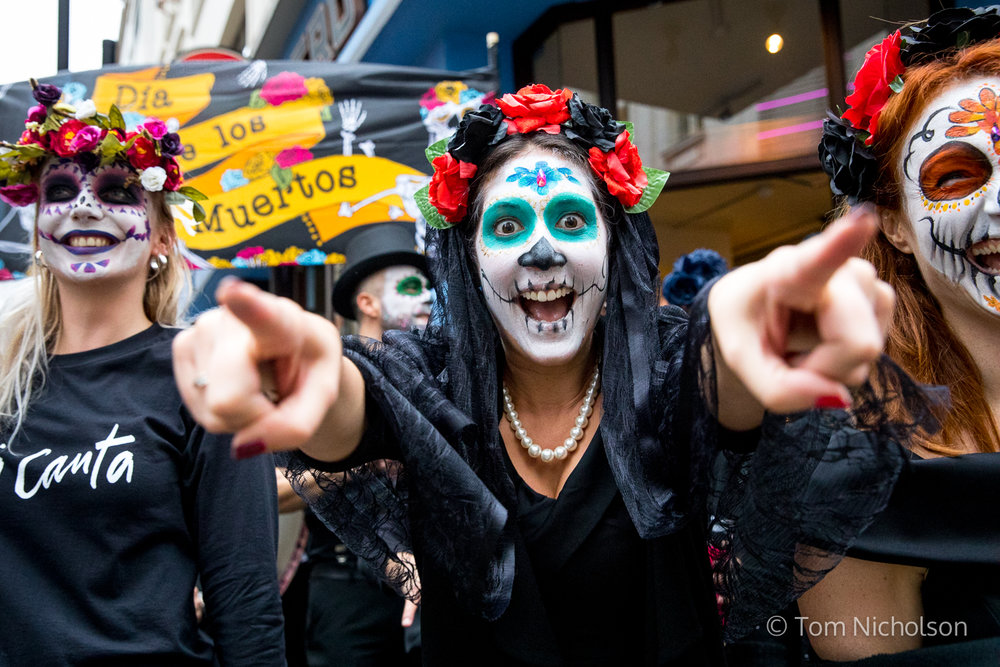 ©2017 Tom Nicholson. 19/10/2017. London, UK. Participants take park in a 'Day of the Dead' parade around central London, organised by Ella Canta restaurant.